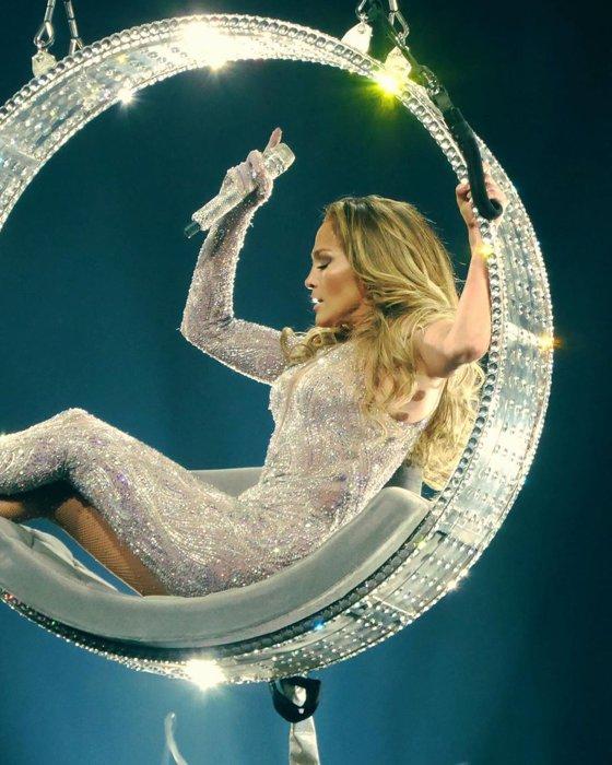 """Imaginea articolului Spectacol incendiar: Celebra cântăreaţă Jennifer Lopez, """"dans în poala"""" unei jucătoare de fotbal, în faţa a mii de oameni - VIDEO"""