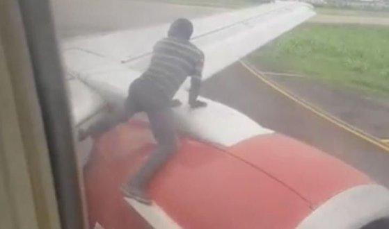 Imaginea articolului Momentul în care un bărbat se căţără pe aripa unui avion în timpul decolării. Cum au reacţionat pasagerii   VIDEO