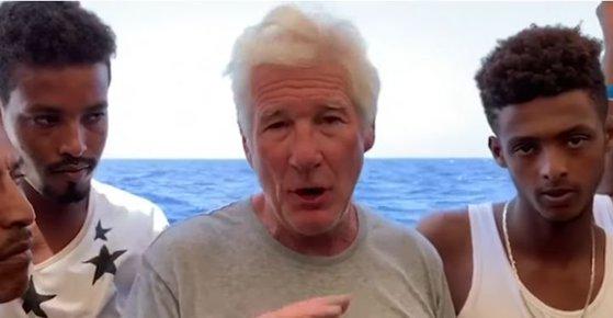 Imaginea articolului Richard Gere a urcat pe un vapor cu refugiaţi blocat de opt zile pe Mediterana/ Gestul impresionant făcut de cunoscutul actor | FOTO, VIDEO