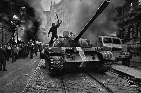 """Imaginea articolului """"Operaţiunea Dunărea"""". Trupele Pactului de la Varşovia invadau Cehoslovacia acum 51 de ani/ Ceauşescu se afla la apogeul carierei sale politice"""