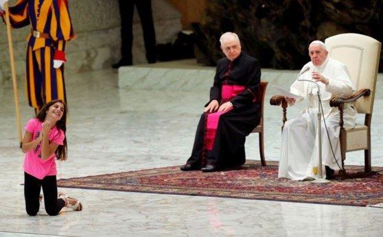 Imaginea articolului Gest neaşteptat al Papei Francisc, după ce o fetiţă bolnavă a alergat prin faţa şi prin spatele suveranului pontif, sărind şi bătând din palme