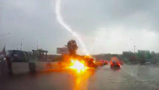 Imaginea articolului Momentul în care o maşină este lovită de două ori, în doar câteva secunde, de FULGER / VIDEO