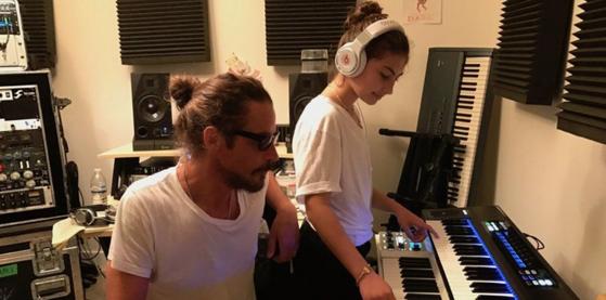 Imaginea articolului Fiica cea mică a lui Chris Cornell a lansat o piesă produsă de acesta, în interes caritabil | VIDEO