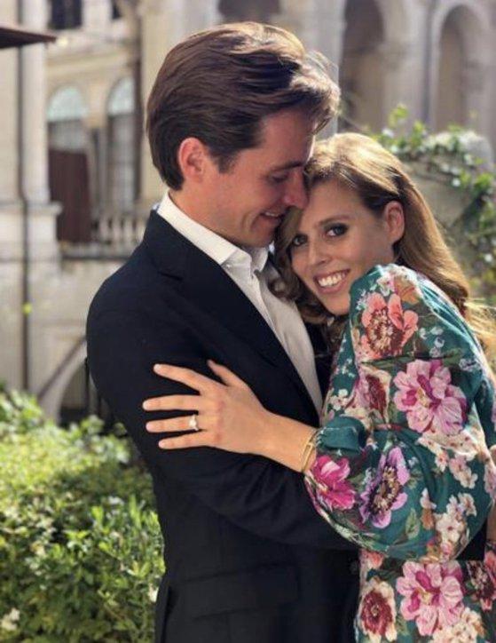 Imaginea articolului Prinţesa Beatrice, nepoata reginei Elizabeth a II-a, şi milionarul Edoardo Mozzi s-au logodit în timpul unei vacanţe în Italia