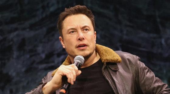 Imaginea articolului Elon Musk a prezentat prima navetă spaţială SpaceX concepută pentru transportul de călători pe Lună şi, ulterior, pe Marte | FOTO