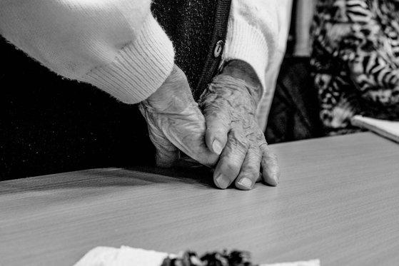 Imaginea articolului Gestul surprinzător făcut de doi instalatori arabi, după ce au aflat că bătrâna evreică la care au mers este un supravieţuitor al Holocaustului - FOTO