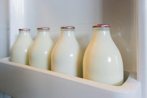 """Imaginea articolului Lăptarii sunt din nou populari în Londra. Milenialii, tot mai interesaţi de laptele """"la sticlă"""""""