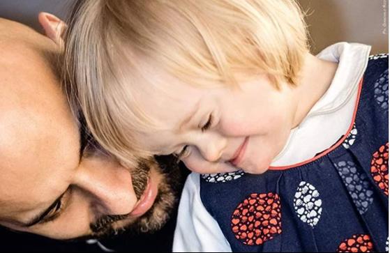 Imaginea articolului Povestea emoţionantă a unui bărbat gay care a adoptat o fetiţă cu sindromul Down pe care au refuzat-o 20 de familii. Ce spune despre provocările vieţii de părinte singur