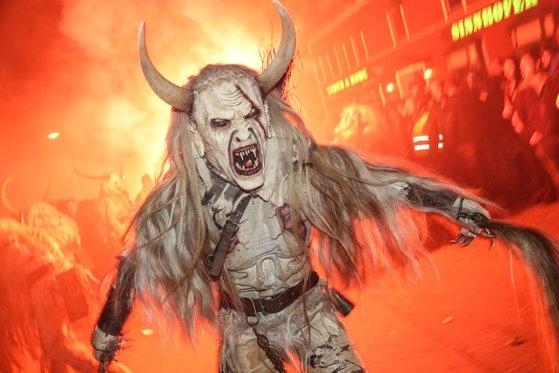 Krampus, obiceiul tradiţional care înfioară o ţară întreagă. Cum încearcă autorităţile să ţină în frâu demonii care au luat-o razna. FOTO
