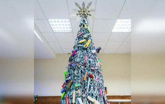 Imaginea articolului Cuţite în loc de globuri. Aeroportul care a decorat bradul de Crăciun cu obiectele confiscate de la pasageri