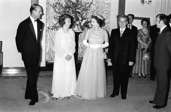 Imaginea articolului Momentul în care Regina Angliei s-a ascuns de soţii Ceauşescu în grădina Palatului Buckingham, subiectul unui nou documentar britanic