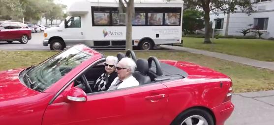 Imaginea articolului Un american şi-a împlinit visul: La 107 de ani şi-a plimbat logodnica de 99 de ani cu decapotabila