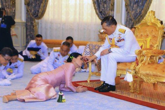 Totul despre carantina de lux a regelui Thailandei, monarhul-playboy care s-a izolat cu 20 de femei