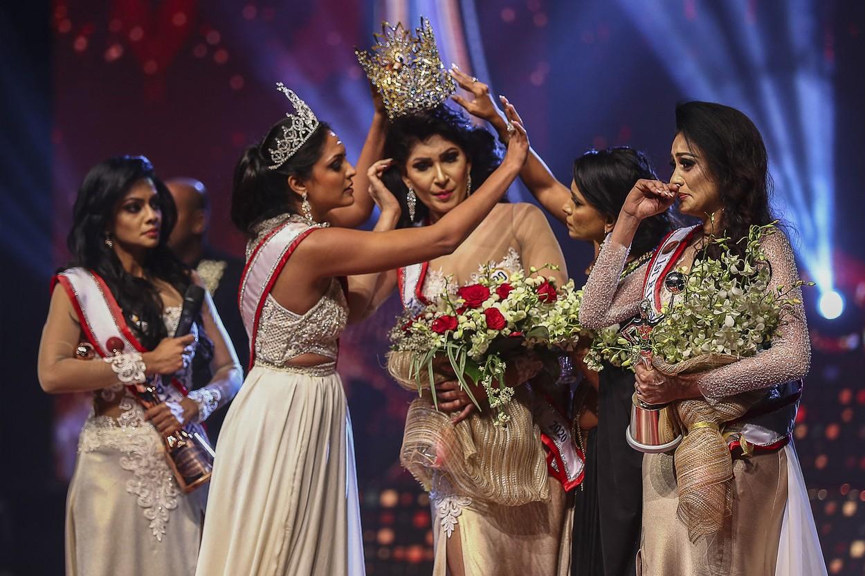 """VIDEO Haos pe scena unui concurs de frumuseţe. Câştigătoarea """"Mrs. Sri Lanka"""", rănită la cap după ce o fostă concurentă i-a smuls coroana"""