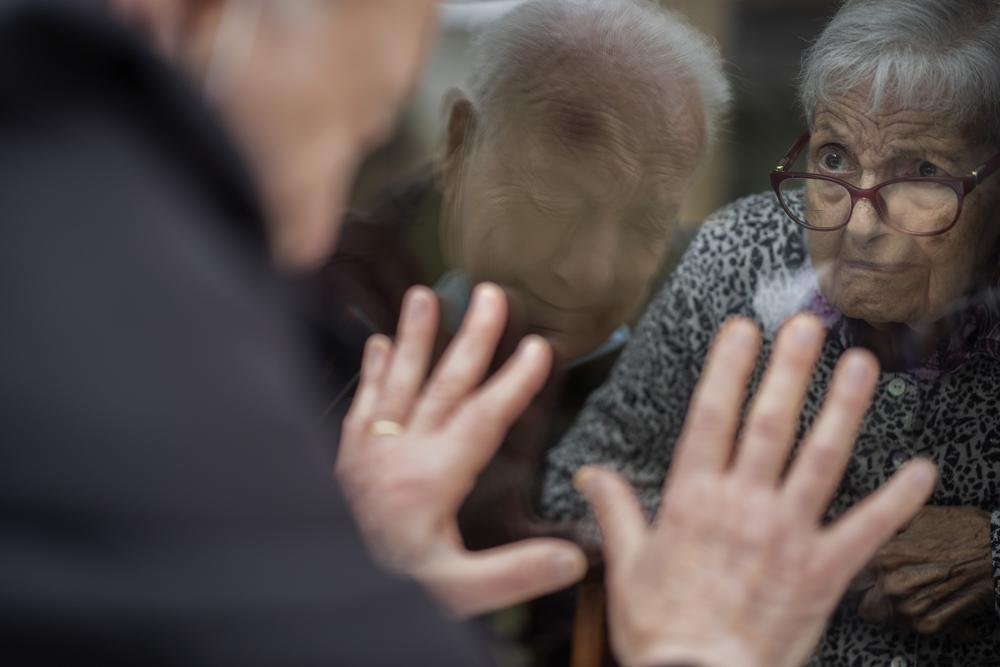 Iubirea nu ţine cont de restricţii. Un bătrân merge săptămânal să îşi vadă soţia doar prin geamul(...)