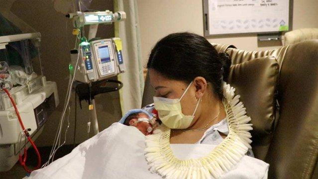 O femeie, care nu ştia că este însărcinată, a dat naştere unui băieţel în avion|EpicNews