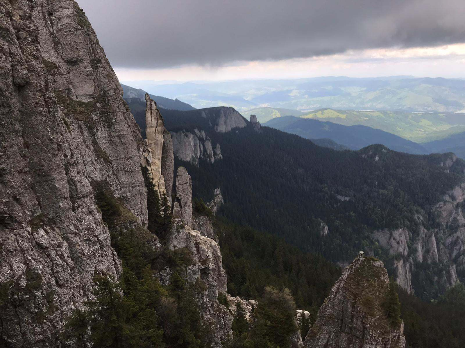 """Natura se degradează. După Cascada Bigăr, unul dintre """"turnurile"""" Ocolaşului Mare, din Munţii Ceahlău, s-a prăbuşit"""