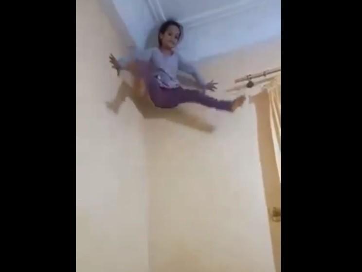 Fata lui Spiderman. Cum reuşeşte să se urce pe pereţi? Video viral