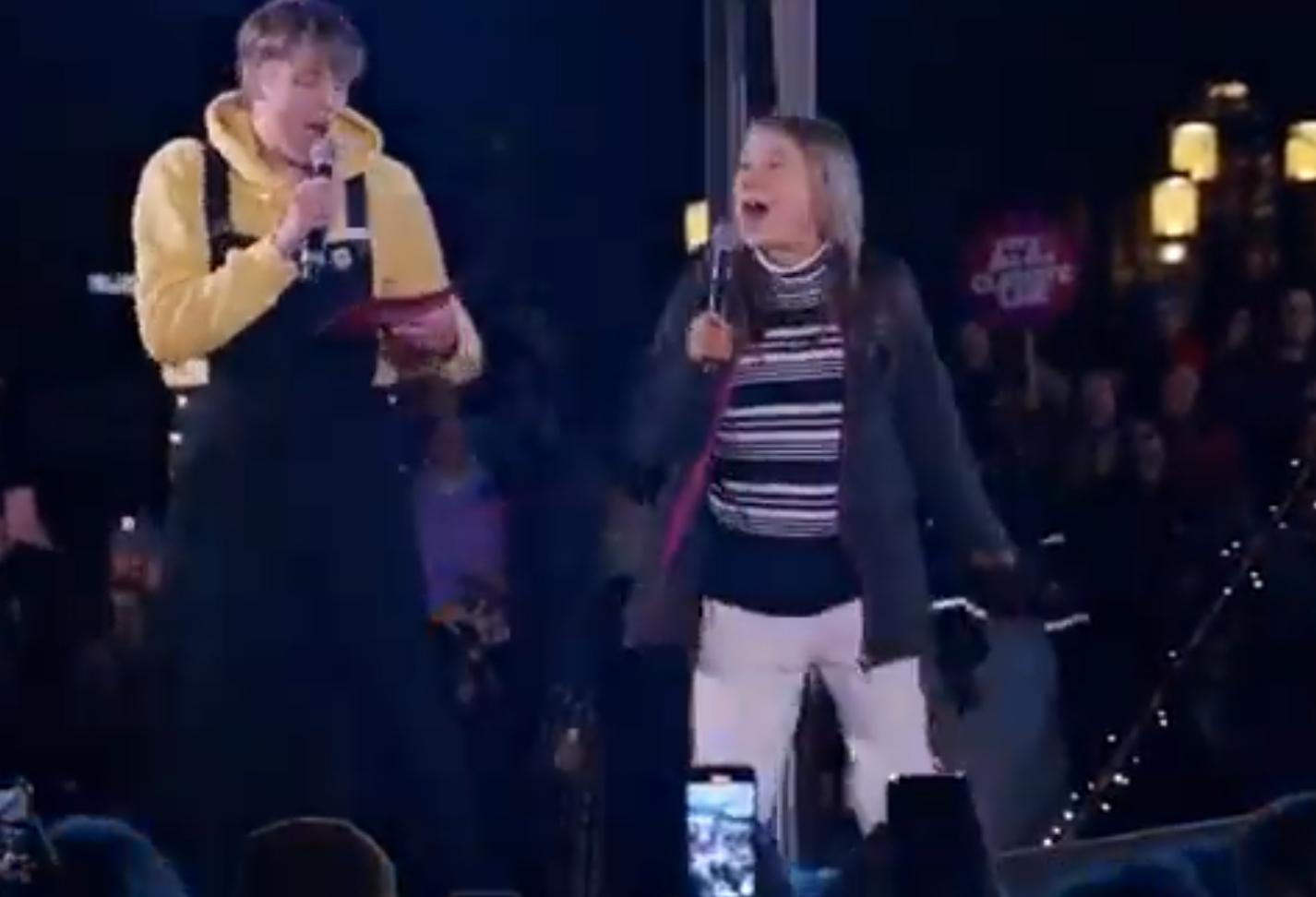 """VIDEO Moment viral. Greta Thunberg a cântat pe scena celebra piesă a lui Rick Astley """"Never Gonna Give You(...)"""