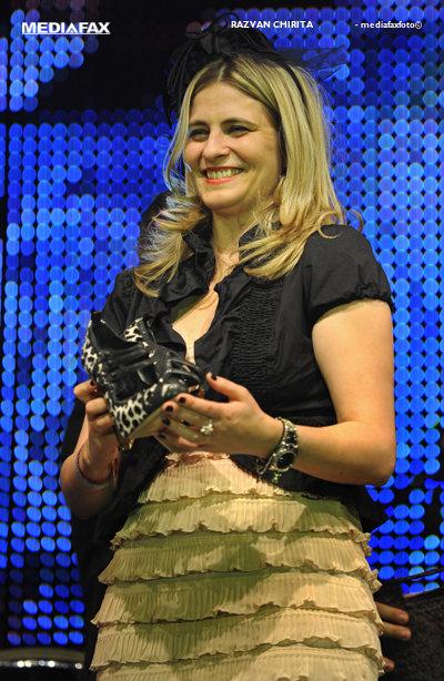 Directorul de marketing al lanţului Carrefour România, Andreea Mihai, a câştigat pantofii Madonnei