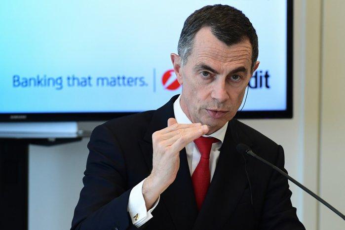 UniCredit îşi caută un nou CEO: Prin candidaţi se numără unii dintre cei mai importanţi bancheri la nivel european, precum fostul CEO al Credit Suisse, fostul şef al UBS Investment şi fostul director al Commerzbank