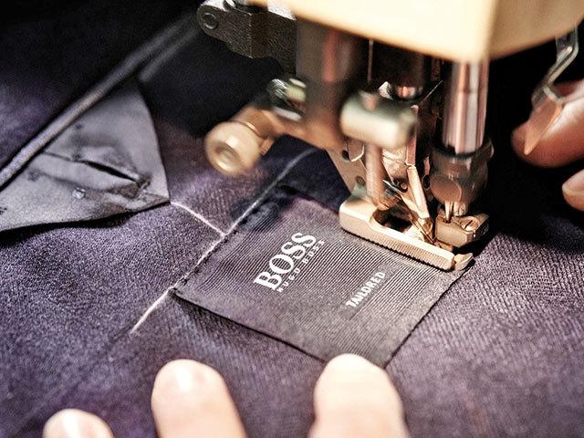 Este vizibilă migraţia dinspre Europa de Est spre Asia: Retailerul german de modă Hugo Boss lucrează în România cu nouă fabrici cu peste 1.500 de salariaţi şi afaceri cumulate de peste 225 milioane de lei. Numărul de fabrici s-a redus astfel la jumătate faţă de 2018