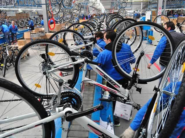 România a devenit în primul an de pandemie al treilea cel mai mare producător de biciclete din UE, depăşind Germania. Pe piaţa locală au fost realizate anul trecut peste 1,4 milioane de biciclete (normale şi electrice), în urcare de la circa 1,2 milioane în 2019