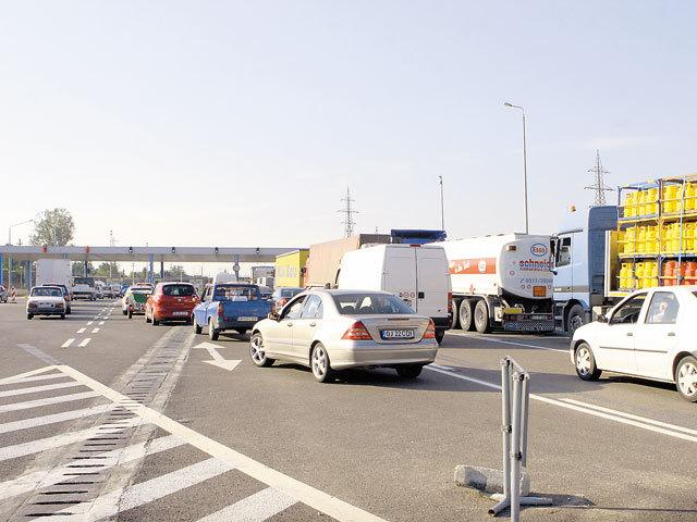 Cozi uriaşe la podul de la Feteşti-Cernavodă pentru că CNADNR nu este în stare să facă un sistem electronic de plată a taxei de pod
