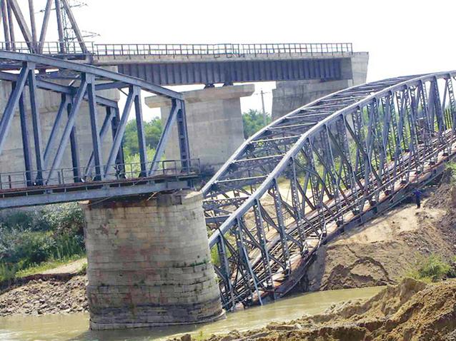 """Indicatorul dezinteresului pentru calea ferată: Din 2005 circulaţia directă pe linia Bucureşti - Giurgiu a fost întreruptă după prăbuşirea podului de la Grădiştea. Proiectul este în faza de """"revizuire a studiului de fezabilitate"""""""