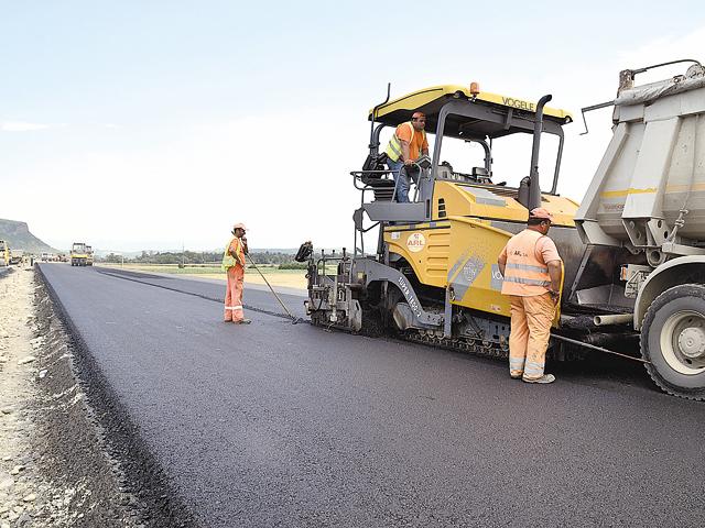 Trei firme din Galaţi construiesc cu 40 mil. euro aproape zece kilometri de autostradă lângă Târgu Mureş