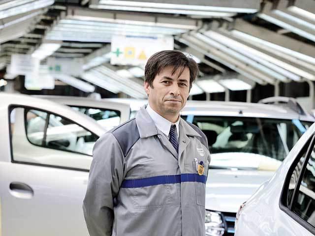 Dacia începe un program de plecări voluntare şi aduce roboţi pe liniile de la Mioveni