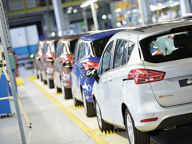 Fabrica Ford din Craiova a produs astăzi ultimul B-MAX, marcând evenimentul printr-o afişare aparte a siglei şi pregăteşte modelul EcoSport. GALERIE FOTO