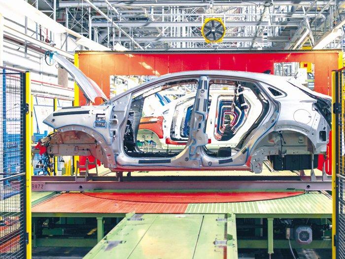 Lockdownul din vest încă afectează producţia: Dacia şi Ford au asamblat cu 10% mai puţine maşini în ianuarie