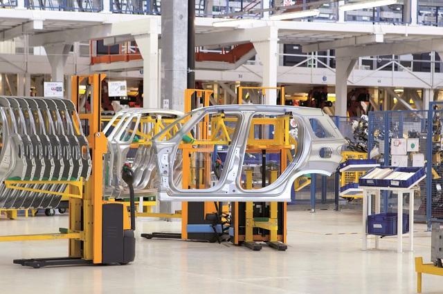 Criza microcipurilor loveşte din plin industria auto: termenele de livrare pentru o maşină nouă depăşesc trei luni şi ajung şi la un an. Uzinele Dacia şi Ford ajustează constant producţia de maşini în funcţie de livrările de semiconductori iar noi opriri