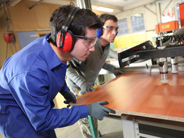 Producătorul de mobilă Iris Service Ciuc recrutează 150 de oameni pentru fabrica din Miercurea Ciuc