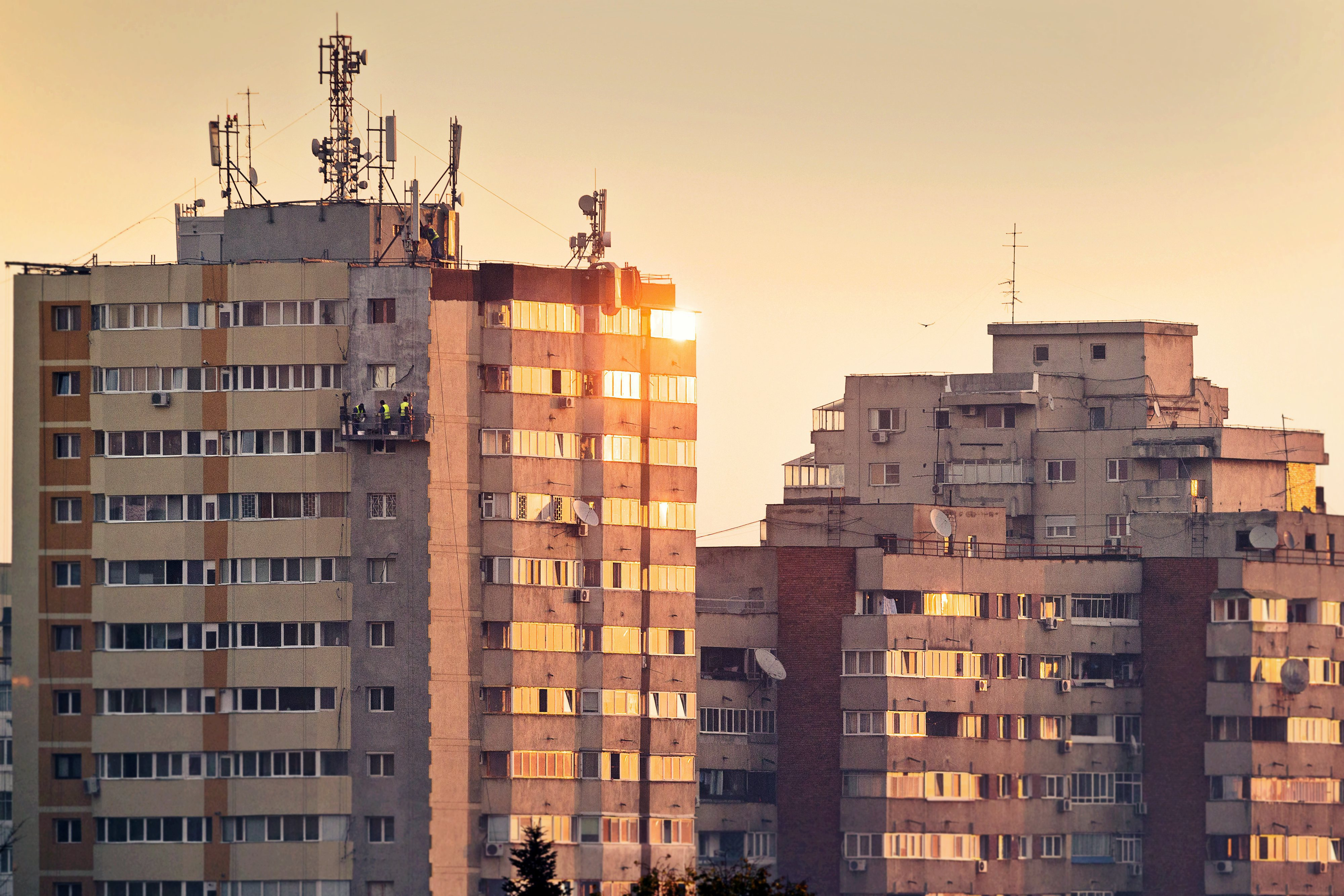 Imobiliarium: Cele mai căutate beneficii la achiziţia unei locuinţe sunt discounturile, urmate de accesul la transport. Cumpărătorii sunt dispuşi să ofere în medie de 80.000 de euro pentru un apartament de trei camere