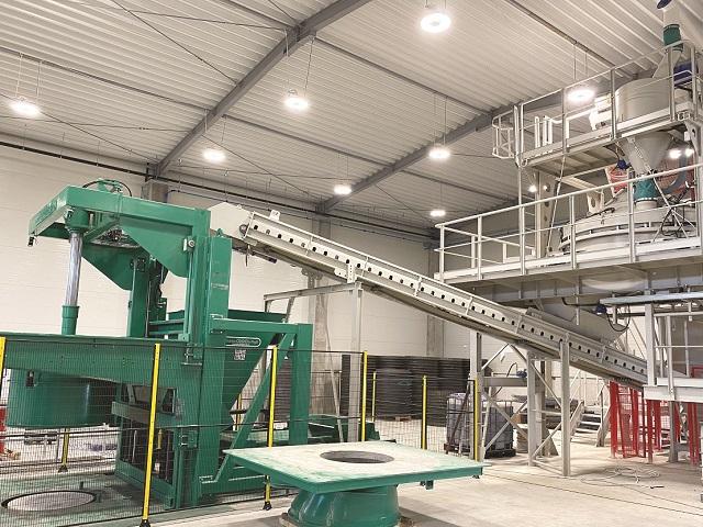 Producătorul de pavele Symmetrica investeşte 9 milioane de euro în linii noi pentru producerea de sisteme pentru canalizări. Până acum, compania a pus în funcţiune prima linie de elemente pentru sisteme de canalizare în cadrul fabricii din Vrancea, pentru ca până în această toamnă să fie inaugurate şi cele amplasate în fabricile de la Braşov şi Suceava