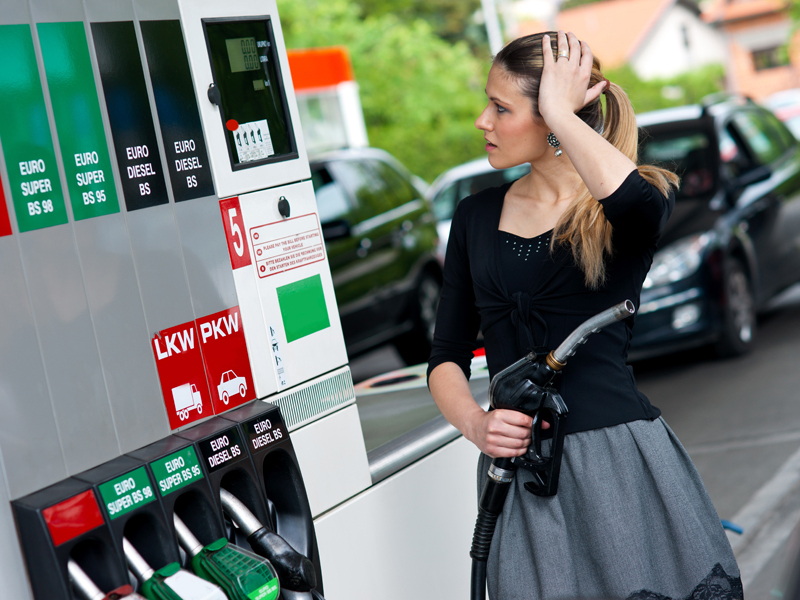 Ziua de 1 aprilie a adus cel mai mare preţ la benzină din istorie după scumpirea de 41 de bani. Sortimentele premium se apropie de 7 lei