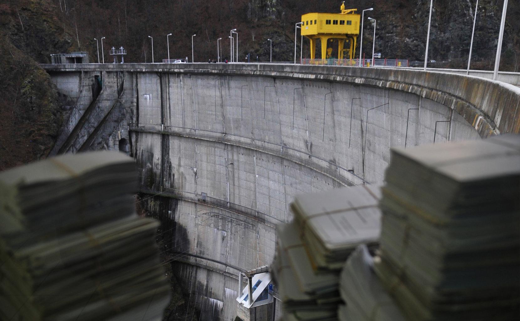 Febra studiilor de fezabilitate. Cum se ridică munţi de hârtii pe zeci de milioane de euro în timp ce reactoare şi hidrocentrale rămân pe machetă