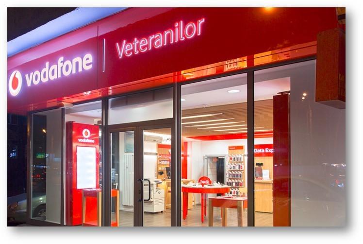 """Vodafone: Avem un total de 480 de magazine în România, dintre care 60 sunt operate în sistem de franciză. """"Francizatul trebuie să achite o taxă de franciză care variază între 2.500 şi 10.000 de euro, în funcţie de factori precum tipul unităţii, suprafaţa, zona geografică şi nivelul de investiţii necesare amenajării şi echipării spaţiului comercial."""""""