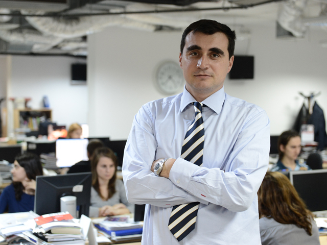 Românii strâng din dinţi în faţa taxelor, preţurilor la benzină şi a ratelor şi pun deoparte 2 miliarde de euro pe an