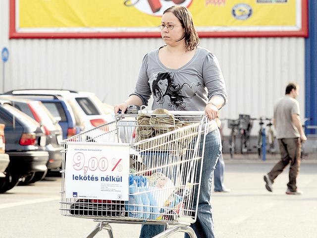 Deşi în ţara lor magazinele stau închise duminica, retailerii avertizează că o astfel de măsură luată în Ungaria va lovi în consumatori şi în angajaţi