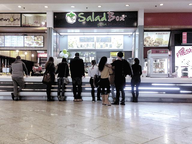 Antreprenorii din spatele businessului Salad Box lansează un lanţ de restaurante fast-food cu care atacă mallurile