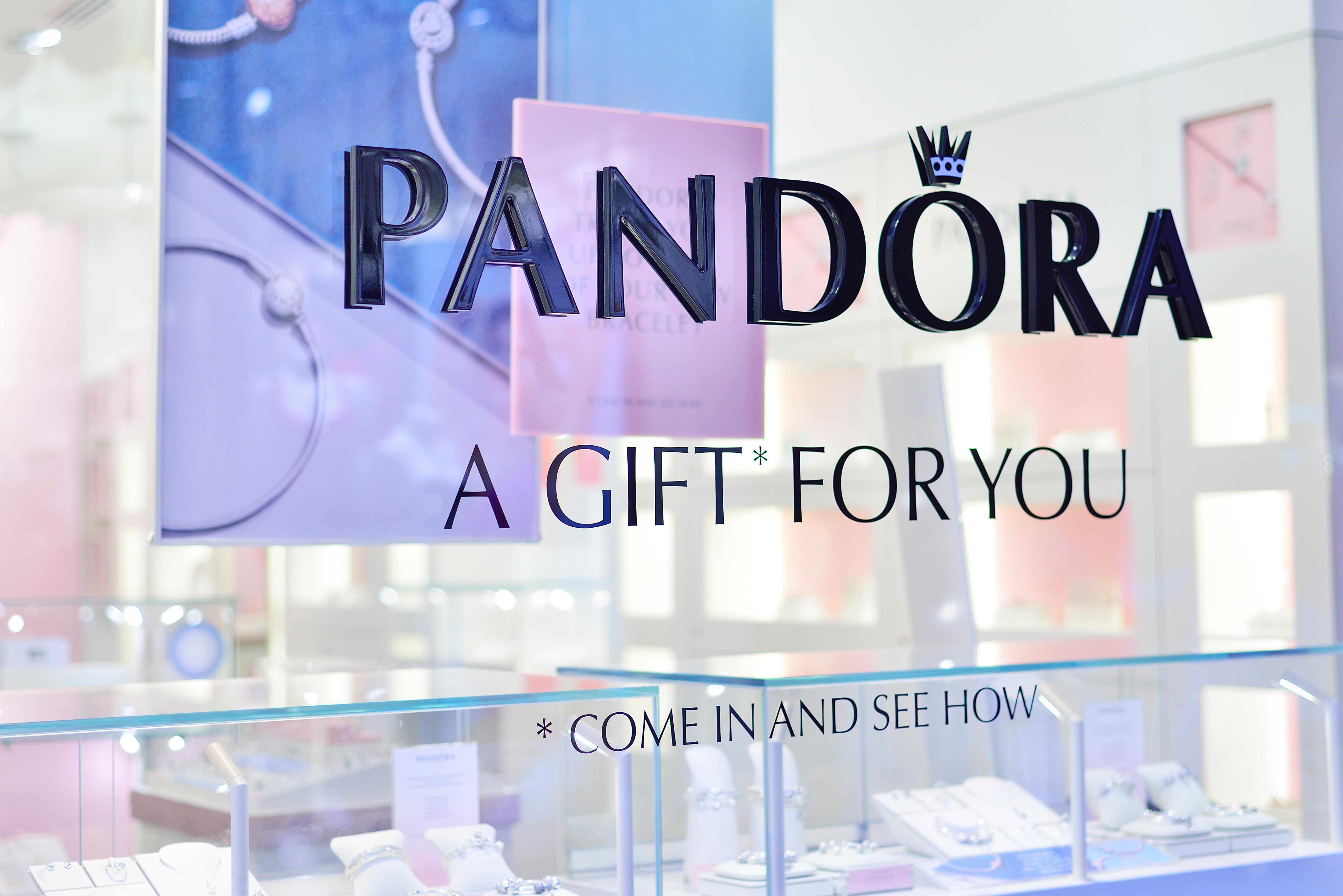 Reţeaua de bijuterii Pandora este curtată de cumpărători: Mai multe fonduri de investiţii vor să cumpere businessul danez. Acţiunile companiei au crescut cu 9% după aflarea veştii