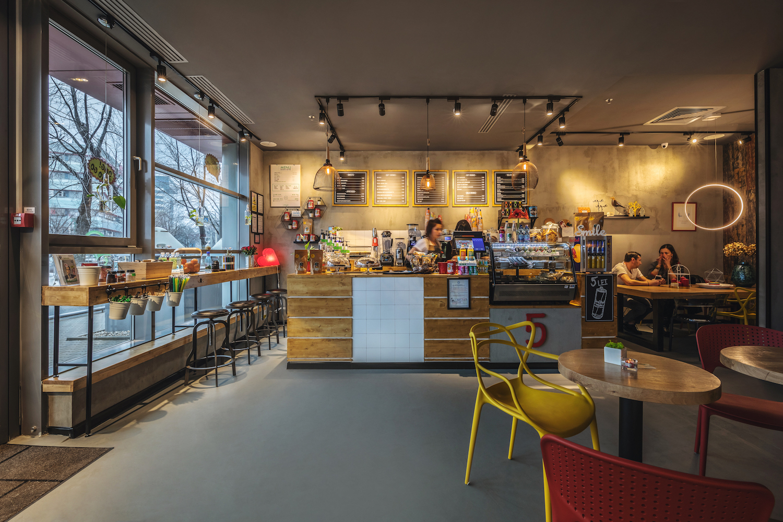 Brandul românesc de cafenele 5 to go, dezvoltat de Radu Savopol şi Lucian Bădilă, a semnat în ultima lună 9 contracte de franciză noi, în Bucureşti, Cluj şi Călăraşi
