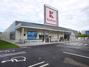 Trei dintre cele mai mari zece reţele de comerţ alimentar au optat pentru formate noi sau pentru rebrandingul şi reorganizarea magazinelor existente