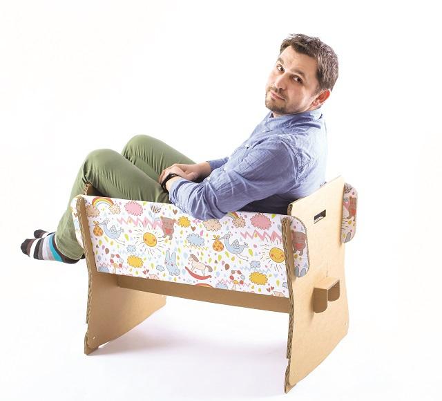 Afaceri de la zero. Nicolae Baciu creează mobilier şi decoraţiuni din carton 100% reciclabil într-un atelier din Bucureşti şi estimează vânzări de 250.000 de euro