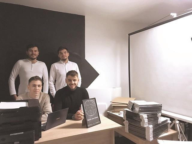 Afaceri de la zero. Patru studenţi din Turda fac tablouri cu hărţi stelare care ilustrează cerul în momente-cheie şi ţintesc 4.000 de comenzi în 2021, de zece ori mai mult decât anul trecut