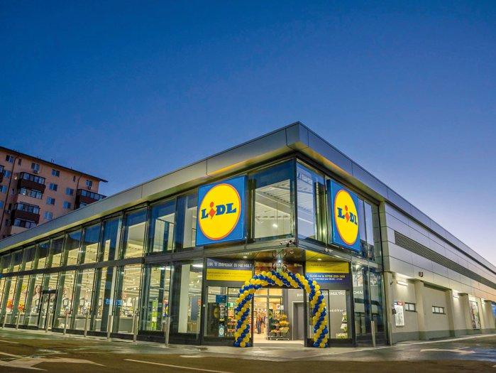 Lidl atacă piaţa muncii: retailerul german majorează venitul minim al vânzătorilor din magazine la 2.700 de lei net lunar, dublu faţă de salariul minim pe economie, dar cu 25% sub media naţională. Discounterul german are în România aproape 300 de magazine şi 9.000 de salariaţi