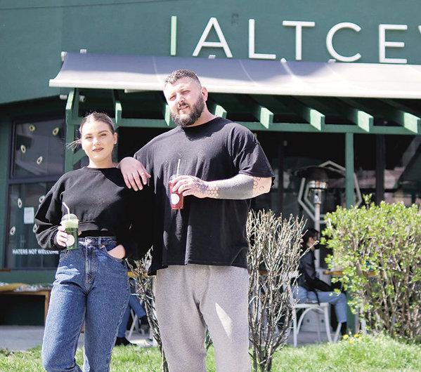 Afaceri de la zero. Adriana Muscalu şi Andrei Iftime s-au întors din  străinătate şi au deschis restaurantul Altceva Caffe în Bacău, pe care l-au  dus la 800.000 lei în 2020